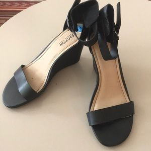 *LikeNew* KENNETH COLE REACTION Womens Black Heels